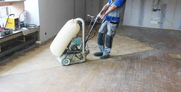 Hantverkare som gör en golvslipning